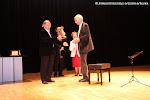 Juan Grecos, Presidente de Amigos de la Guitarra de Valencia, hace entrega del premio Trujamán a Wolf Moser