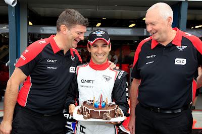 Тимо Глок с тортом и механиками на Гран-при Австралии 2012
