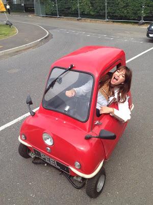 Сьюзи Перри на трехколесной машине на Гран-при Великобритании 2013