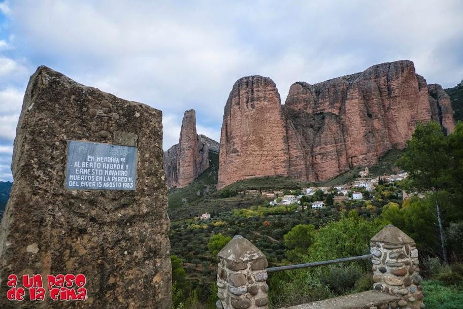 Placa en memoria a Rabadá y Navarro. © aunpasodelacima