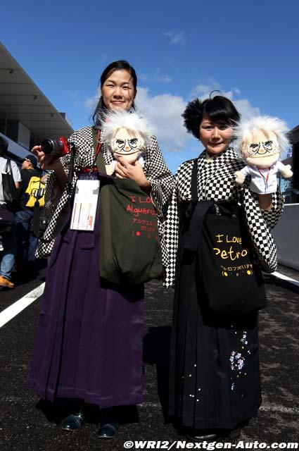 болельщицы Альгерсуари и Петрова с куклой Берни Экклстоуна на Гран-при Японии 2011