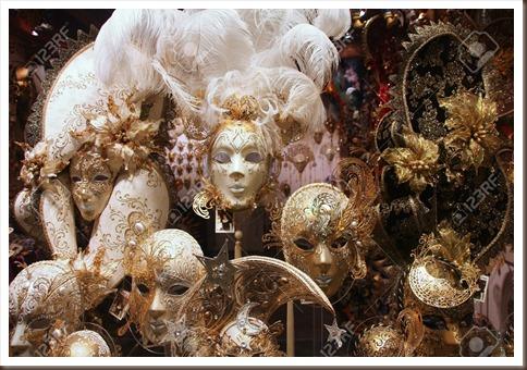 14629149-VENECIA-15-de-septiembre-m-scaras-venecianas-de-exhibici-n-de-la-tienda-el-15-de-septiembre-de-2009--Foto-de-archivo