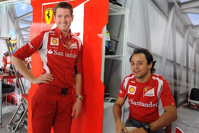 Роб Смедли и Фелипе Масса улыбаются в гараже Ferrari на Гран-при Японии 2011