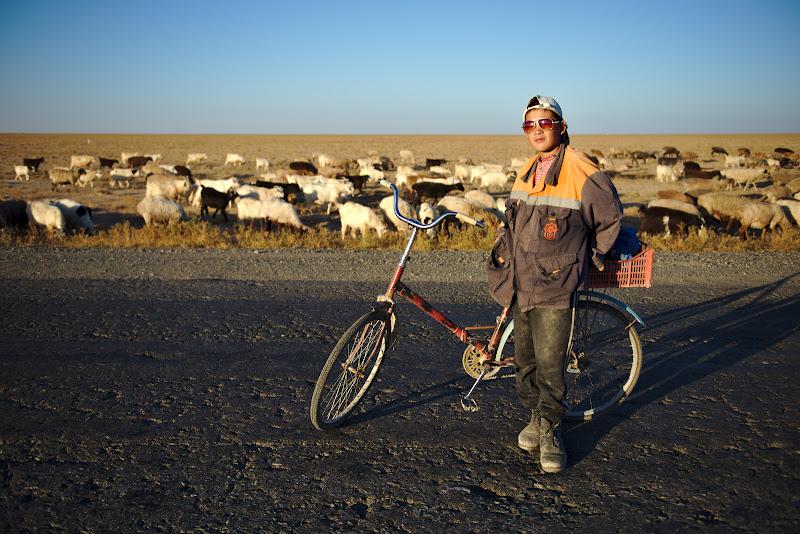 Nursultan, si turma de oi pe care o mana inapoi spre Qarakalpak, ultimul satuc inainte de granita.