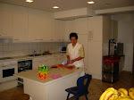 Frau Strobl in der Küche