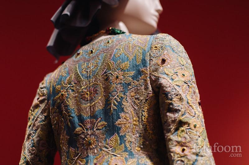 Details of Oscar de la Renta for Pierre Balmain, Evening ensemble: dress and bow, Autumn/Winter 2002 - 2003.