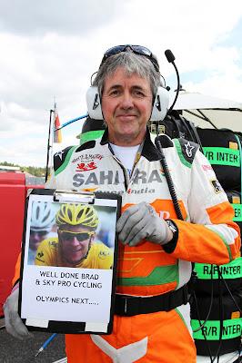 Нил Дики поздравляет Брэдли Уиггинса с победой в Тур де Франс на Гран-при Германии 2012