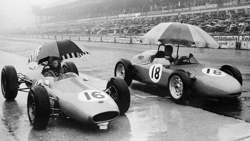 Джек Брэбэм 16 Brabham и Карел-Годен де Бофор 18 Porsche под зонтиками на Нордшляйфе Нюрбургринг, черно-белое фото