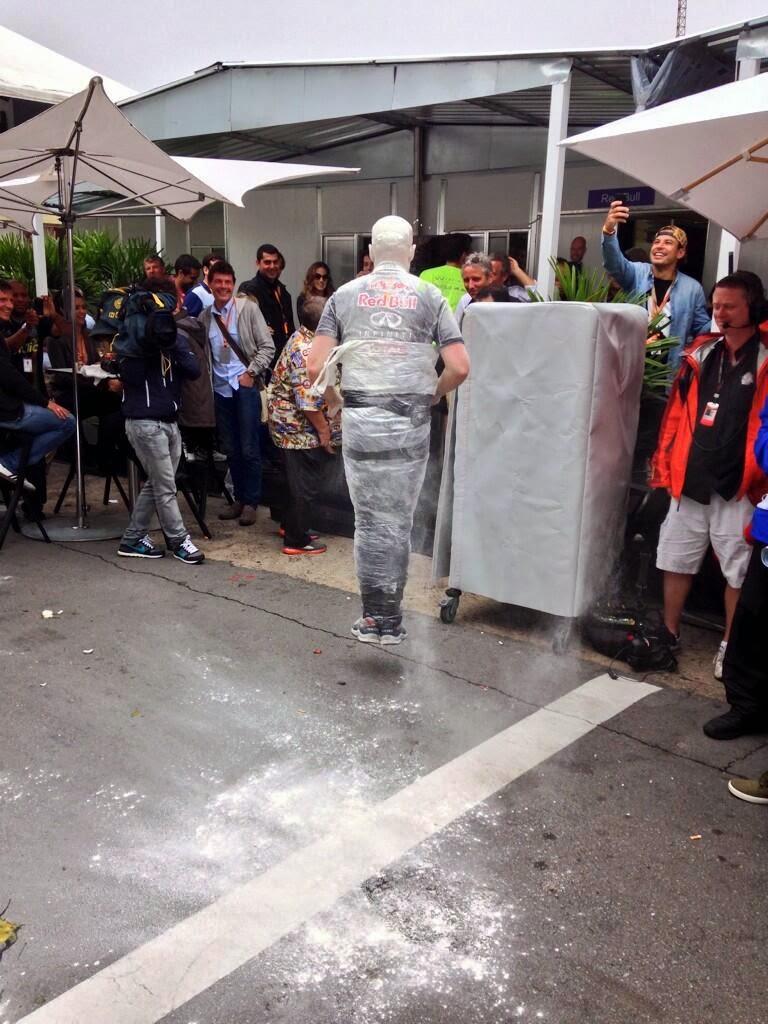 инженер Red Bull Том Батч в целлофане на Гран-при Бразилии 2013