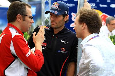 Стефано Доменикали рассказывает что-то Марку Уэбберу и Кристиану Хорнеру на Гран-при Австралии 2012