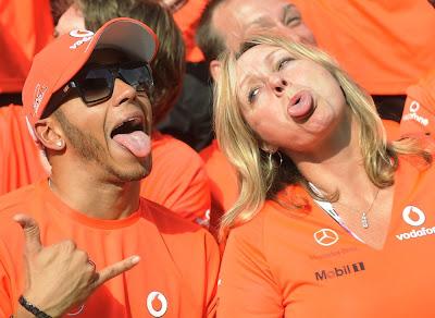 Льюис Хэмилтон радуется победе на Гран-при Венгрии 2012