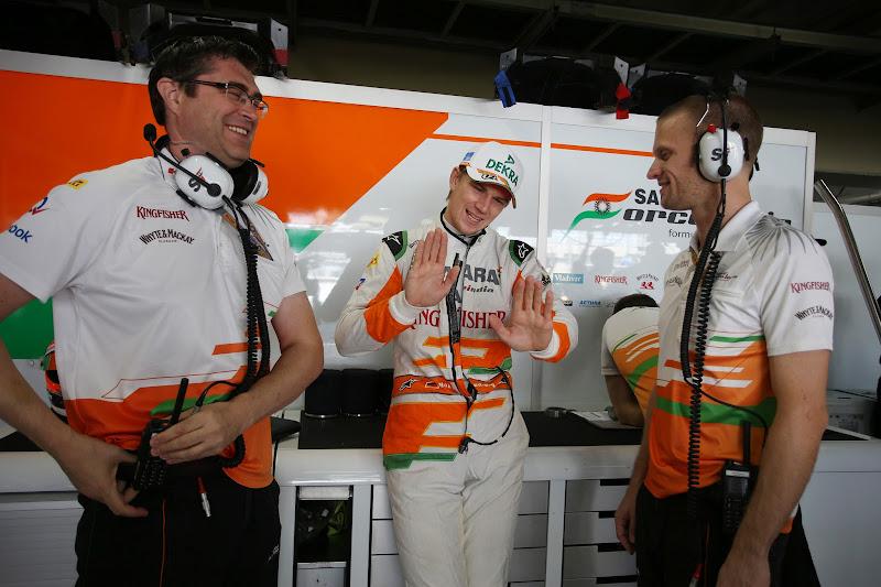 Нико Хюлькенберг со своими механиками на Гран-при Бразилии 2012