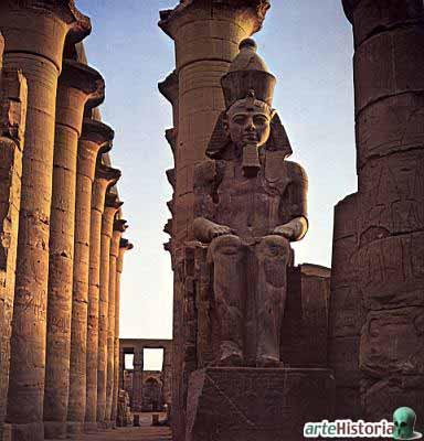Escultura sedente de Ramsés II. Granito rosa.  Recinto del templo de Amón (dando acceso al segundo pilono); complejo de templos de Karnak. XIX dinastía. Luxor, Egipto.