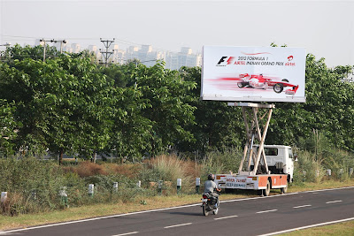 передвижной баннер на колесах на Гран-при Индии 2012