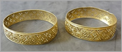 800px-Hoxne_Hoard_two_gold_bracelets_side