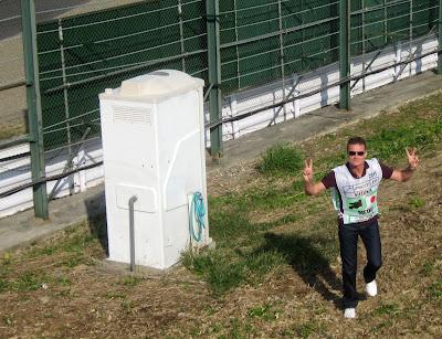 Дэвид Култхард поднимается из биотуалета в 130R на Гран-при Японии 2011 в Сузуке