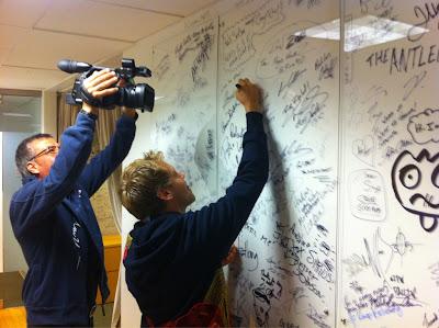 Себастьян Феттель подписывает стену с автографами в Монреале на радиостанции Sirius XM
