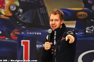 Себастьян Феттель с микрофоном на пресс-конференции Red Bull в Йокогаме