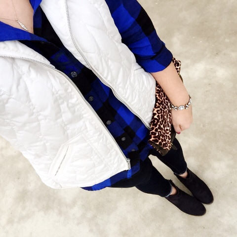 how to wear a plaid shirt, ankle boots, mom style