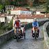 Samen op de middeleeuwse brug