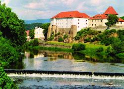 Kadaňský hrad, který jste míjeli, byl založen kolem roku 1260 králem Přemyslem Otakarem II. Sloužil jako sídlo královského purkrabího - správce kadaňského kraje.