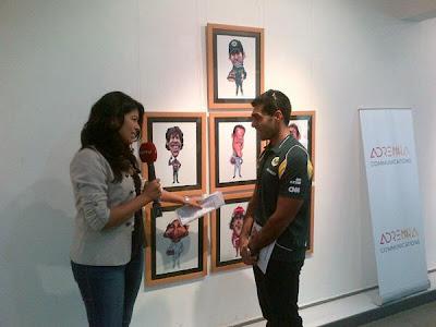 Карун Чандхок дает интервью на фоне плаката VROOOM на Гран-при Индии 2011