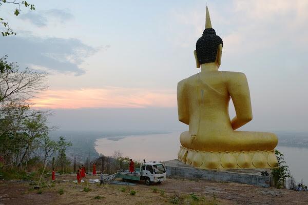 паксе будда на холме
