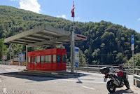 Im schönen und kurvigen Centovalli-Tal nach Italien. Grenzstation von der Schweiz nach Italien.