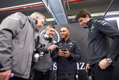 Льюис Хэмилтон показывает свой новый BlackBerry в Хересе 4 февраля 2013