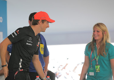 Дженсон Баттон и улыбающаяся девушка на автограф-сессии на Гран-при Абу-Даби 2011