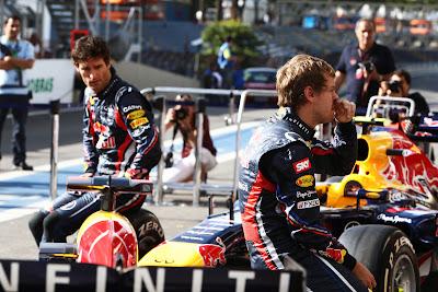 Марк Уэббер и Себастьян Феттель сидят на болидах Red Bull перед своими механиками на Гран-при Бразилии 2011