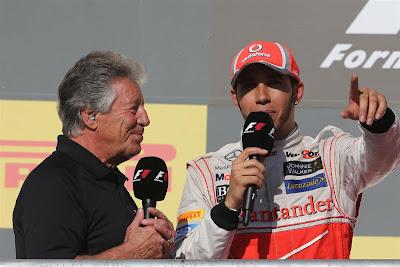 Марио Андретти берет послегоночное интервью у Льюиса Хэмилтона на подиуме Гран-при США 2012