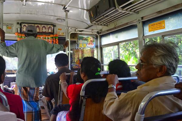В местном автобусе, Шри Ланка