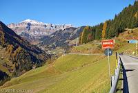 Hinter dem Passo di Falzarego (2105m). Auf der SR48 Richtung Arabba.