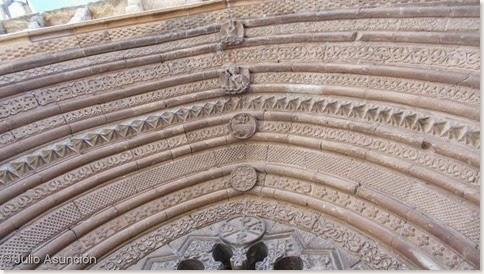 Detalle de la portada de la iglesia de San Román de Cirauqui