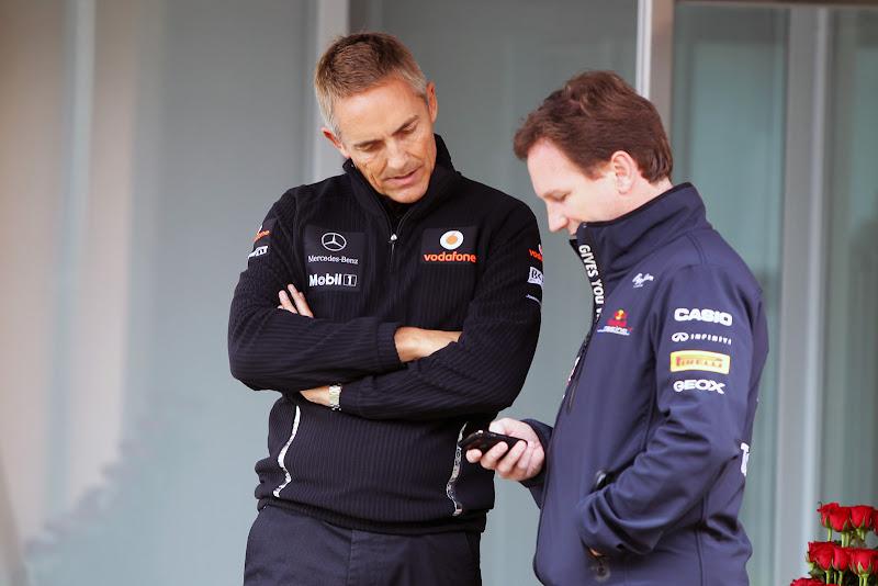 Кристиан Хорнер показывает что-то на телефоне Мартину Уитмаршу на Гран-при Кореи 2011