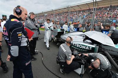 Эдриан Ньюи присматривается к болиду Mercedes на стартовой решетке Гран-при Австралии 2013