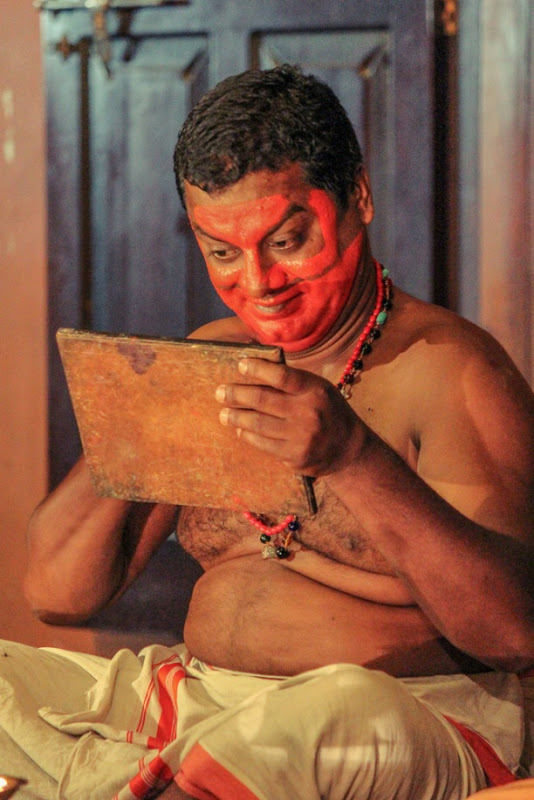 Kathakali artist readying himself
