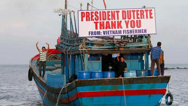 Image of Pinangunahan ni Pangulong Rodrigo Duterte ang seremoniya ng send-off sa 17 mangingisdang Vietnamese na naaresto simula noong pumasok sila sa West Philippine Sea.