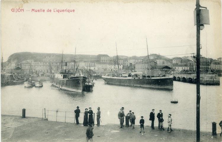 A la derecha el vapor ELVIRA fondeado en el puerto de Gijon. Ca. 1910. Postal.jpg