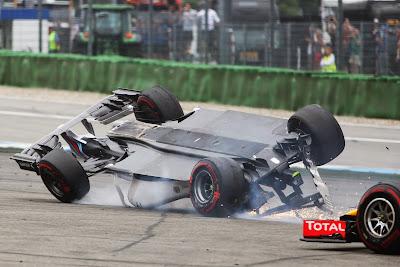Себастьян Феттель обгоняет перевернутого Фелипе Массу на Гран-при Германии 2014