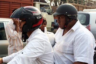 болельщик Кими Райкконена в шлеме с надписью Kimi на Гран-при Индии 2011