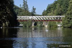Loket - železniční most, za ním následuje dolní jez. Koníčkujte nebo přenášejte vpravo.