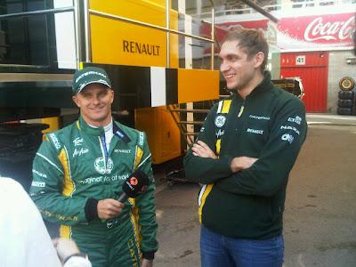 Хейкки Ковалайнен с микрофоном и Виталий Петров на предсезонных тестах 2012 в Барселоне