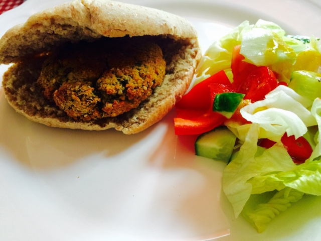 Wholemeal pitta bread with falafel