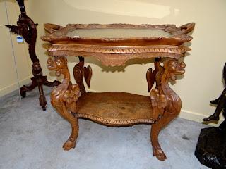 Сервировочный столик с подносом. ок.1900 г. 81/53/79 см. 2400 евро.