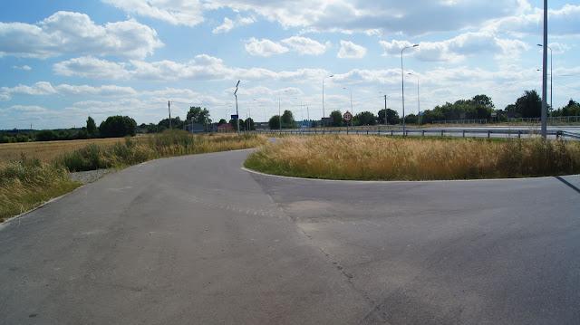 Właśnie tutaj brakowało oznaczenia, że ta droga jest ślepa. Przydałaby się też tabliczka, że sugeruje się przejazd rowerem na drugą stronę, gdzie zaczyna się asfaltowa droga rowerowa.