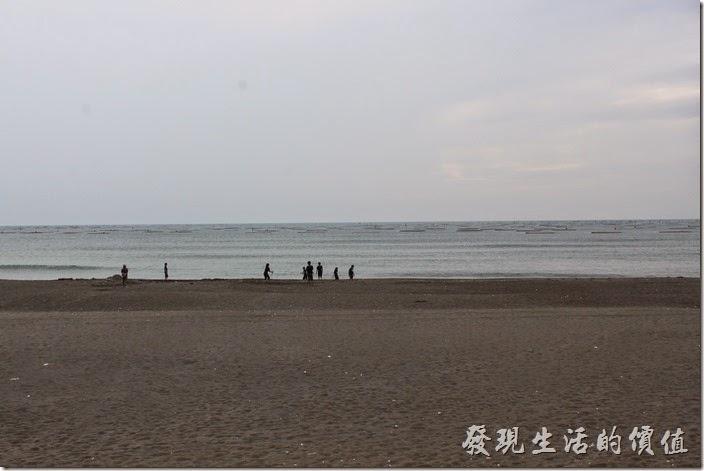 台南觀夕平台這裡有沙灘可以踏浪,應該是個不錯免費的玩水場地。