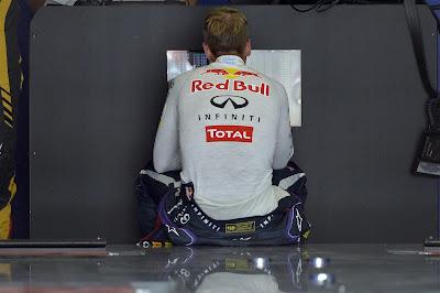 Себастьян Феттель разглядывает результаты квалификации на Гран-при Венгрии 2013