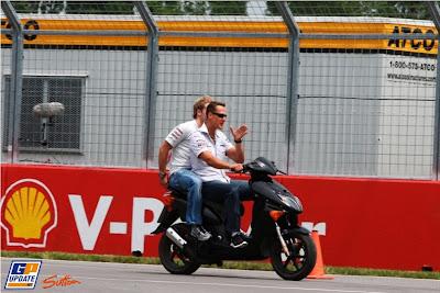 Михаэль Шумахер показывает трассу в Монреале на мопеде на Гран-при Канады 2011